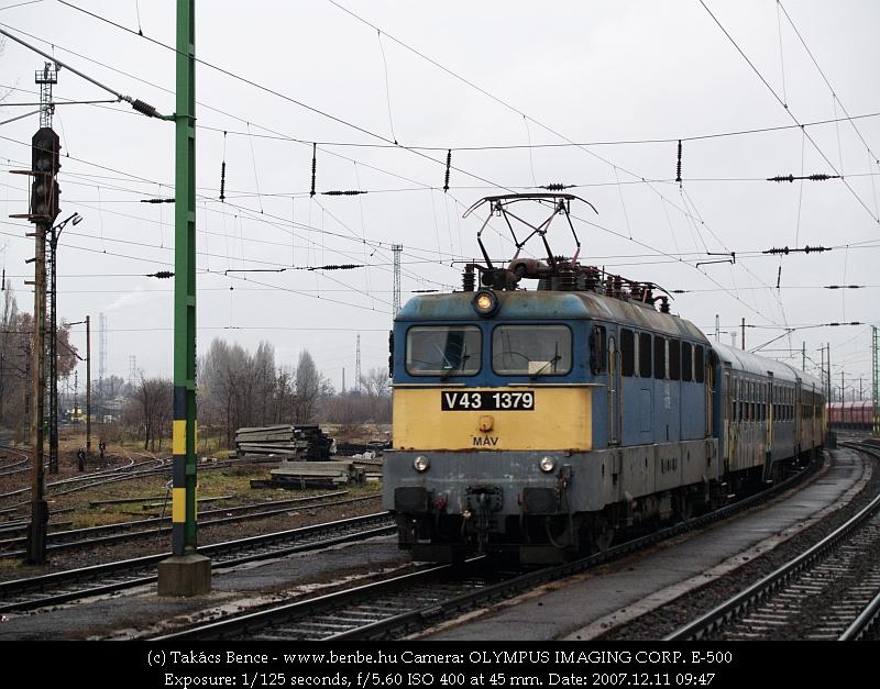 V43 1379 lekötött hátsó szedõvel Rákosrendezõn fotó