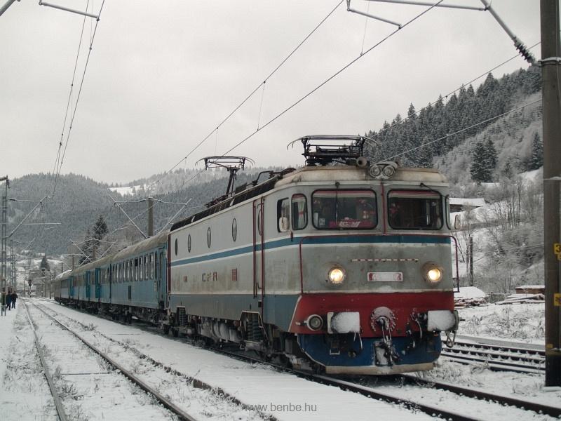 A CFR 40-0801-7 pályaszámú hattengelyes villanymozdonya Palotailva (Lunca Bradului) állomáson fotó