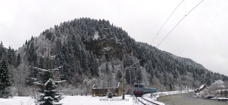 A CFR 40-0295-2 pályaszámú ASEA villanymozdonya Palotailva (Lunca Bradului, Románia) és Gődenyágra (Stanceni Neagra, Románia) között a Maros-áttörésnél fotó