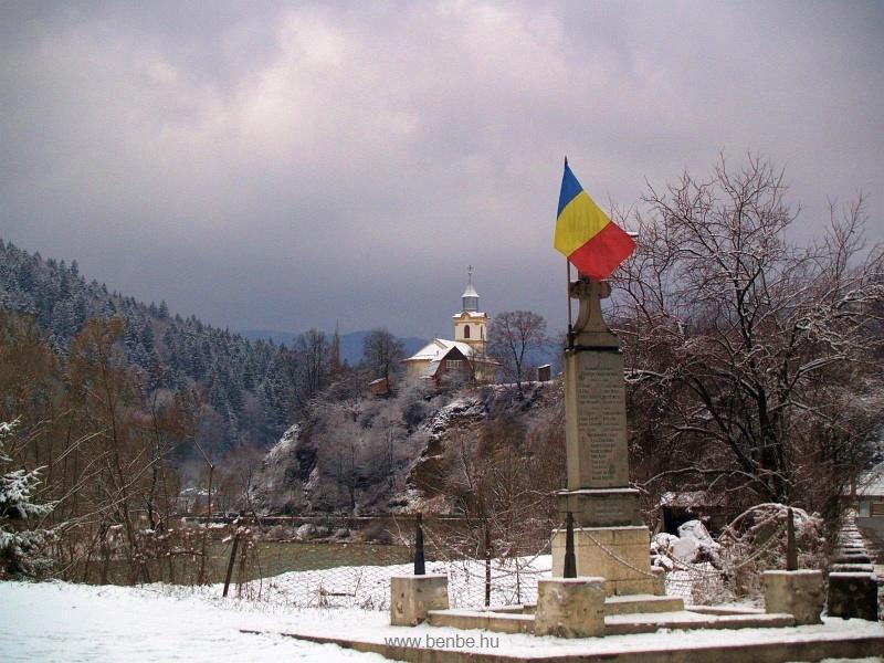 A palotailvai templom és egy háborús emlékmű fotó
