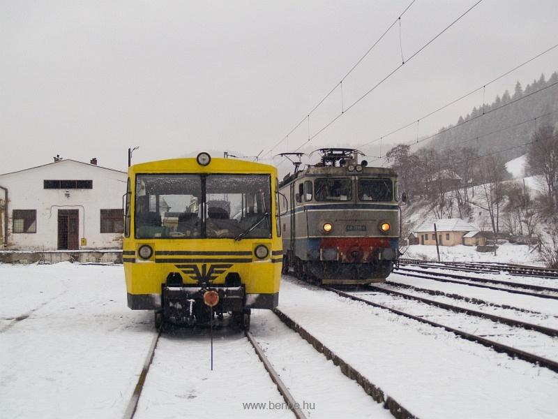 A CFR 40-0198-9 pályaszámú ASEA-licencia mozdonya és egy sárga TVG Palotailva állomáson fotó