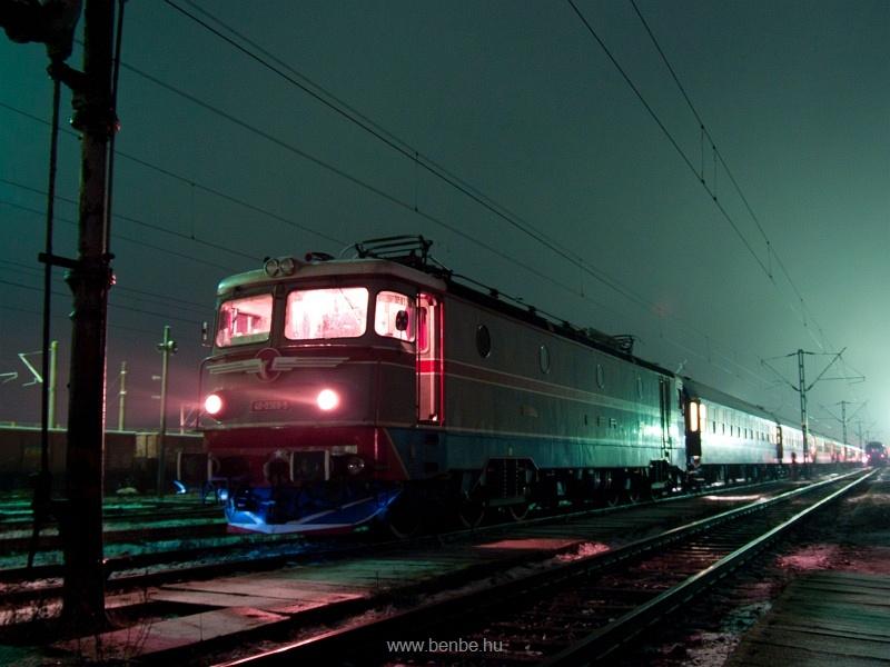 A CFR 40-0369-5 pályaszámú, hattengelyes ASEA-mozdonya Déda állomáson fotó