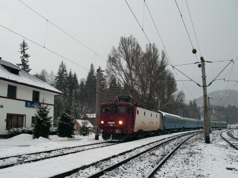 A CFR 40-0879-3 pályaszámú, szép piros ASEÁ-ja Gődemesterházán (Stanceni, Románia) fotó