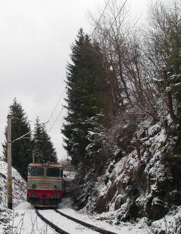 A CFR 060-EA-009 pályaszámú ős-ASEA hatlábú mozdonya Nyágra és Palotailva között egy jeges sziklabevágásban fotó