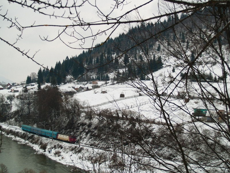 Tipikus erdélyi háttérnél döcög a személyvonat egy hatlábú ASEÁ-val fotó