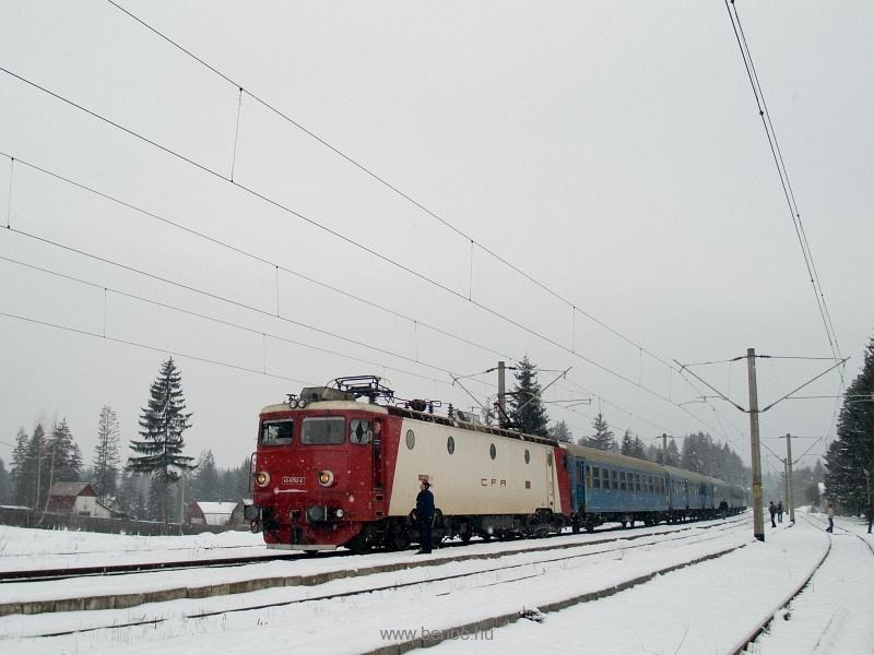 A CFR 40-0752-2 pályaszámú, gyorsvonati színű gépe Marosfő (Izvoru Muresului) állomáson fotó