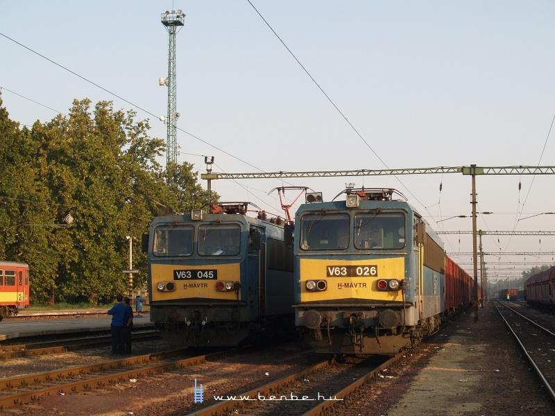 V63 026 és V63 045 Dunaújvárosban fotó