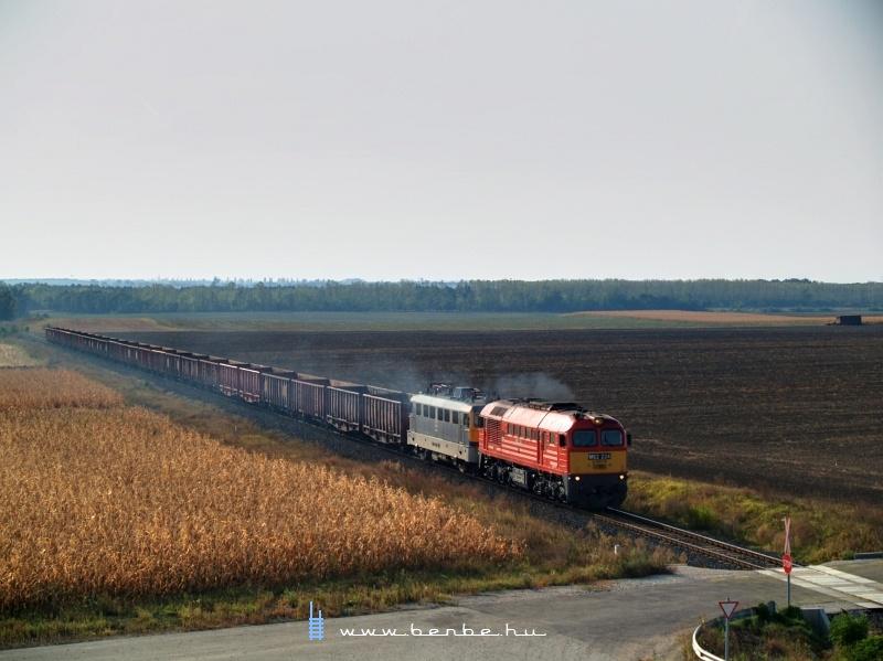 M62 224 üres répavonattal Újvenyim és Dunaújváros között fotó