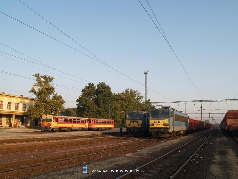 V63 026 és V63 045 Dunaújvárosban (a ráadás pedig Bzmot 327) fotó