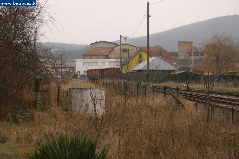 Romhány állomásának gondozatla parkja, háttérben a kirakodott teherkocsikkal fotó