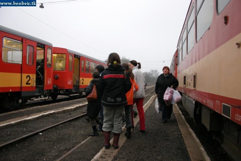 Utasok Diósjenõn fotó