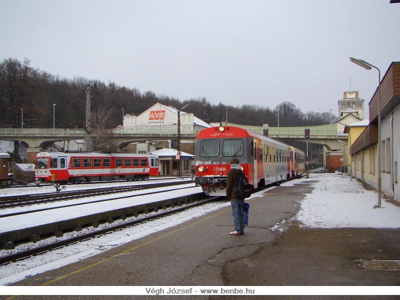 A St. Pölten Alpenbahnhof-ig egymás mellett halad a Mariazellerbahn és a Traisentalbahn  fotó