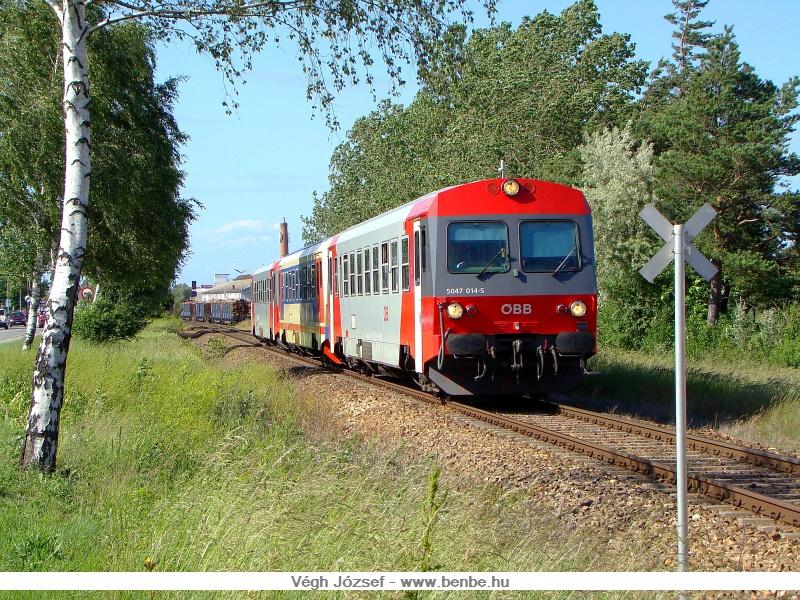 5047 014-5 vezetésével érkezik három szinkronban dolgozó motorkocsi Hart-Wörth megállóhelyhez fotó