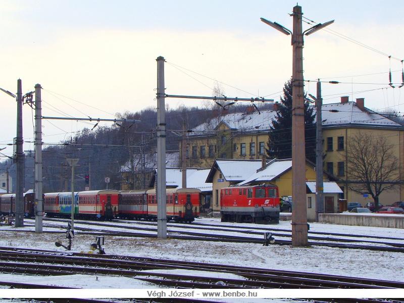 A 2095 011-9-es dieselmozdony tolatási munkálatok közben az Alpenbahnhof épülete előtt. Tőle balra az éppen használaton kívüli, kissé hanyag állapotú személykocsik állnak. fotó