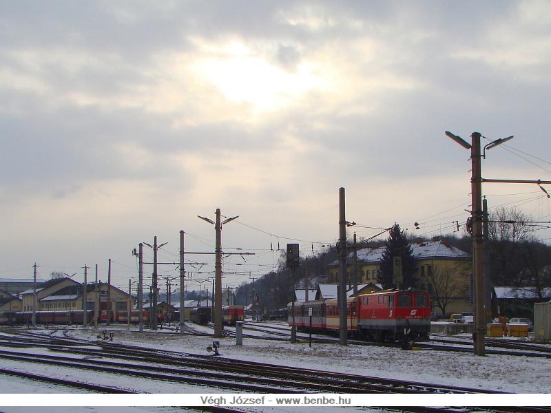 Egy ellenfényes kép a szorgoskodó 2095 011-esről és az Alpenbahnhofról. fotó