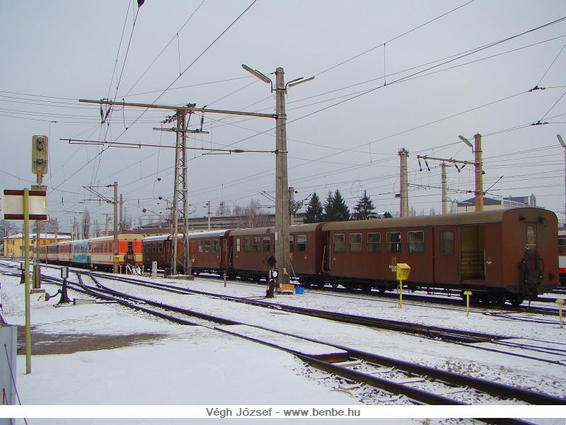 Az állomás túlsó felén az Ötschbär express kocsijai pihentek fotó