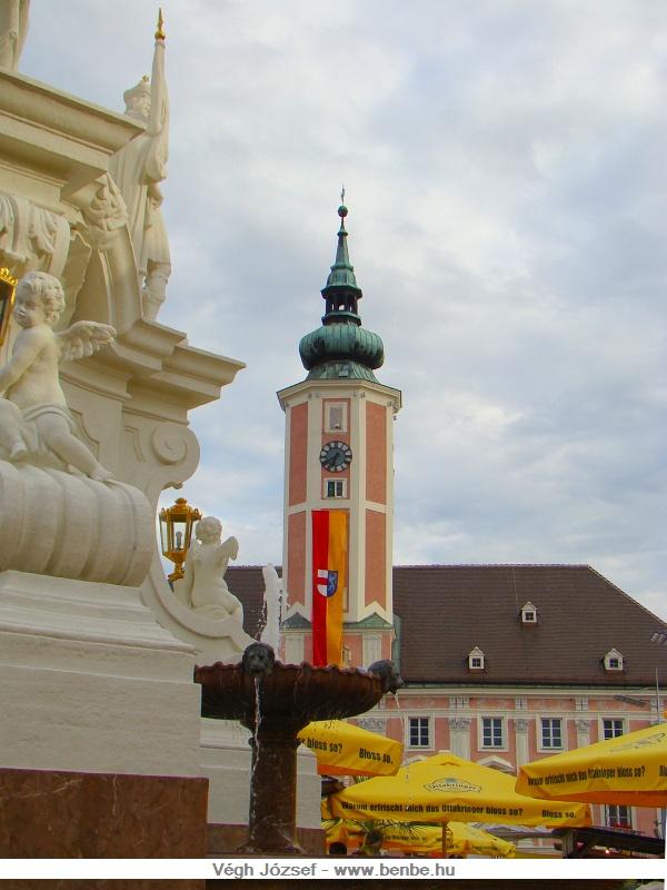 A Rathausplatzon álló szobor árnyékából megcsodálhatjuk a téren álló ferences templomot is, vagy elfogyaszthatunk egy hideg sört valamelyik étterem kerthelyiségében. fotó