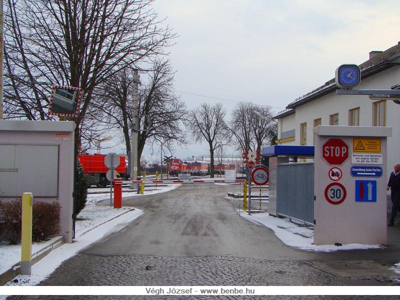Az Alpenbahnhof szomsz�ds�g�ban fekszik az �BB Technische Service főműhelye, ahova a bel�p�s szigor�an tilos, sőt, mint a STOP t�bla alatti t�bla is mutatja, m�g f�nyk�pezni is tilos. Ezt nagyon komolyan is veszik! Nekem sz�nd�komban sem volt bemenni, csak ezt az utc�r�l k�sz�tett k�pet k�vettem el, de m�r ezzel felh�vtam magamra a figyelmet �s egy biztons�gi őr r�vid �ton el is zavart. fot�