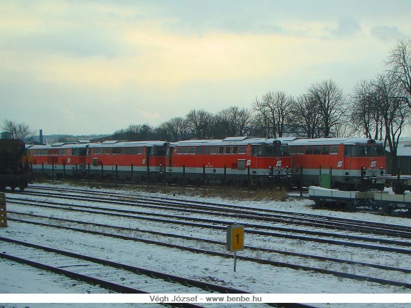 Egy vonatból összeszerencsétlenkedett képpel azért tudom érzékeltetni, hogy benn azért lenne látnivaló. Kb. 20-30 dieselmozdony és számtalan személykocsi várt javításra vagy szétszerelésre a műhely területén. fotó