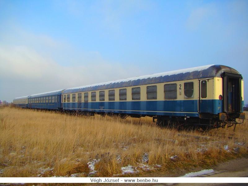 Továbbhaladva délre a vonalon, Spratzen állomásnál leágazik Wörth felé egy iparvágány, ami egy nagy pályaudvarrá terebélyesedik. Ez a pályaudvar, javításra váró kocsiknak ad helyet és pályavasút szállítókocsiijainak az otthona. A képen látható kocsik korábban a Rola vonatok fekvőhelyes kocsijaiként szolgáltak. fotó
