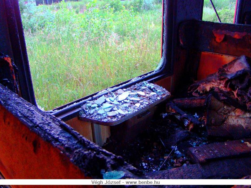 A kocsi beltere teljesen kiégett, a hőtől még az oldalablakok egy része is kitörött, bár az is lehet, hogy ezeket a tűzoltás során törték ki a tűzoltók. fotó