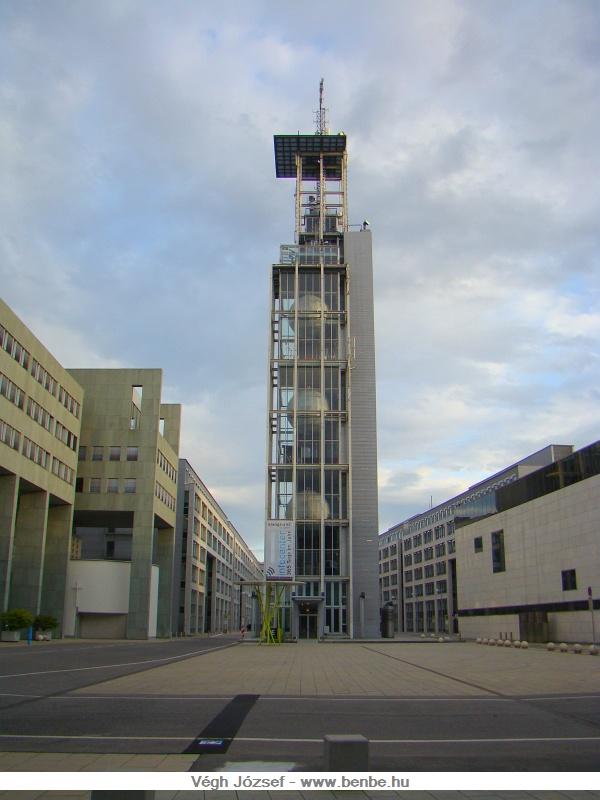 Sajnos helyet kapott St.P�ltenben a modern �p�t�szet is fot�