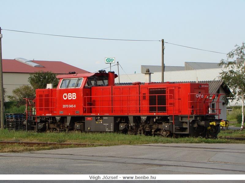 A wörthi tároló pályaudvaron, és az itt lévő váltóüzemben megrakott kocsikból a spratzeni állomáson képeznek vonatokat. A 2070 045-6 pályaszámú spratzeni tartalék jelenleg éppen egy tolatási szünet idején pihen. fotó