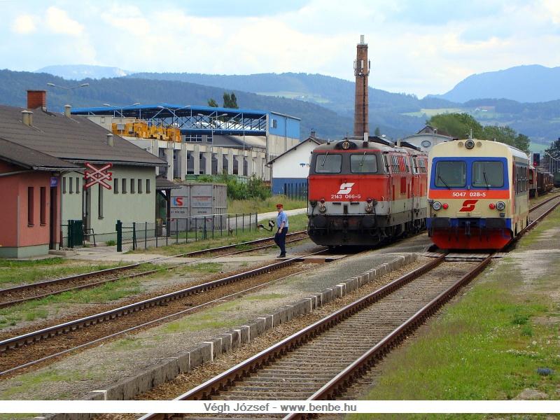 Amit a spratzeni tartalék délelőtt összerendez, azt 2143-as mozdonyok továbbítanak tovább, a legtöbbször kettő is szükséges a hosszú és nehéz vonatra. A képen a forgalmista éppen egy személyvonatot meneszt a nehéz tehervonat mellett, az 5047 028-5 jenbachi motorkocsi személyében. fotó