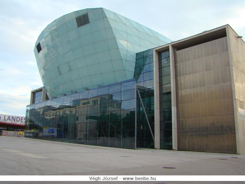 Az előző épület szomszédságában található a St. Pölteni Landesmuseum és Festspielhaus, szintén egy nagyon modern és rideg épület. Nekem irodaháznak tűnt első ránézésre , nem pedig múzeumnak és ünnepi játékok helyszínének. fotó