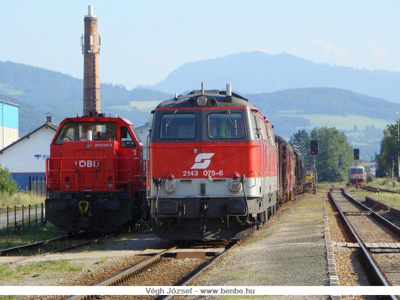 A személyvonatok kijártak az állomásból, csak az 5047-es látszik még a kép jobb alsó sarkában. A tehervonat is lassan elmegy, csak a 2070 045-6 marad itt állomási tartalékként. fotó