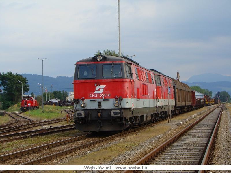 Egy másik, felhősebb napon a 2143 055-8 volt az előbb is látott tehervonat élén, az állomási tartalék pedig a tároló pályaudvar felé vezető sínen várakozik fotó