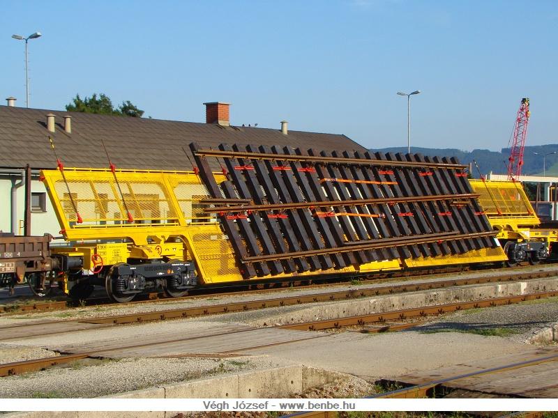 Az ehhez hasonló váltószállító kocsikkal több helyen is találkozhatunk Ausztriában, de azt kevesen tudják, hogy a váltók itt készülnek a St.Pölten melletti Wörthben, a Weichenwerk Wörth GmbH (WWG)-nál fotó