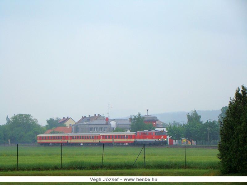 """Az előbbi vonatnál, talán még a """"radtramper traisental"""" élményvonat is gazdaságosabb, egy 2143-as nagymozdonnyal és három Schlieren kocsival. A képek egyébként a wörthi ÖBB iskola szobájából készültek :) fotó"""