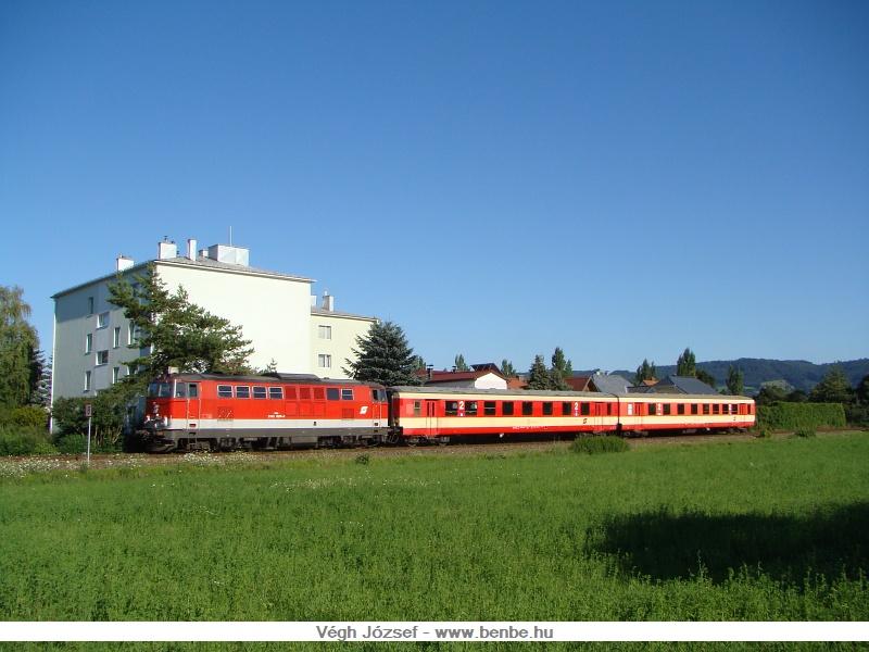 Szintén St.Georgen am Steinfeld faluban egy másik napon, a 2143 028-3 vontatásával a kis két kocsis vonat. fotó