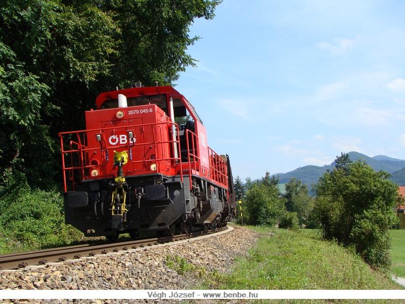 A 2070 045-6 vontatta kis tehervonat Traisent hagyja el éppen fotó