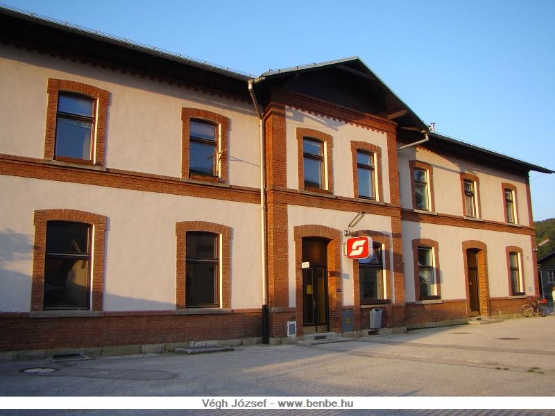 A traiseni állomás épülete a városi homlokzata felől fotó