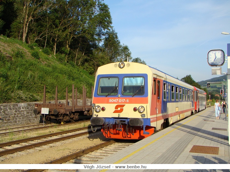 5047 017-8 vezetésével egy két egységből álló személyvonat indul hamarosan St.Pöltenbe Traisen állomásról fotó