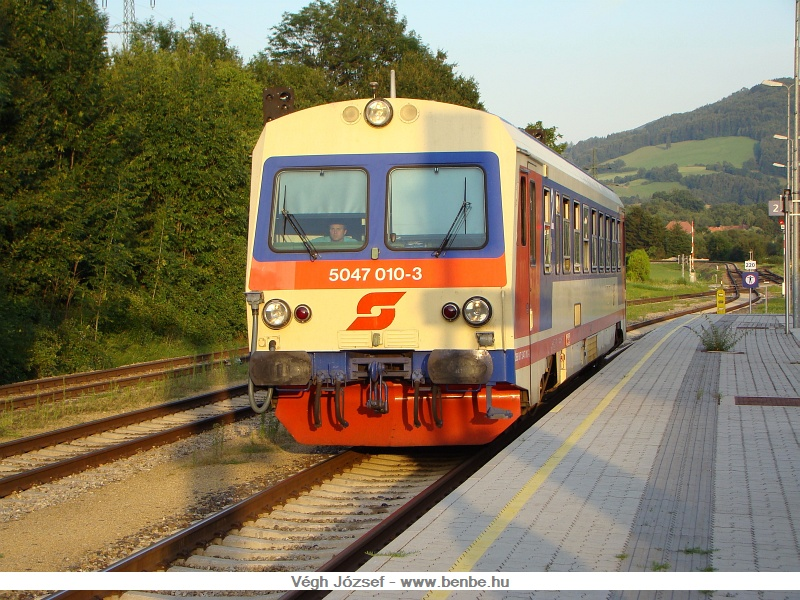 Az 5047 010-3 érkezik Hainfeldből Traisenbe az esti meleg napfényben fotó