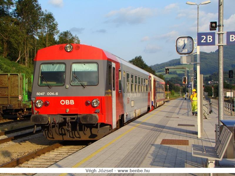 Az 5047 004-6 már új színtervvel pompázik egy hagyományos festésű társával, Traisen állomáson fotó