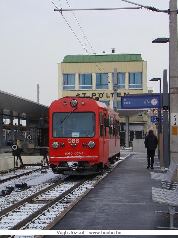 Az 5090 007-5 pályaszámú keskennyomtávú motorkocsi várakozik a St. Pölten-i pályaudvaron fotó