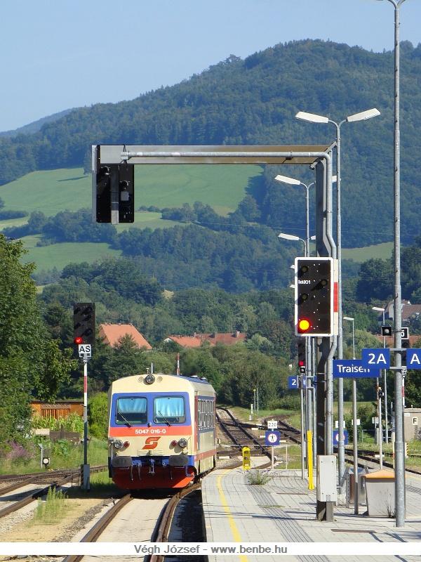 Hamarosan be is �rkezett a Hainfeldi motorkocsi, az 5047 016-0 fot�