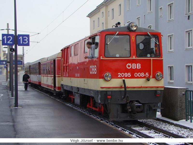 A 2095 008-5 pályaszámú dieselmozdony vonatatta személyvonat indulásra várakozik az állomás keskeny nyomközű részén fotó
