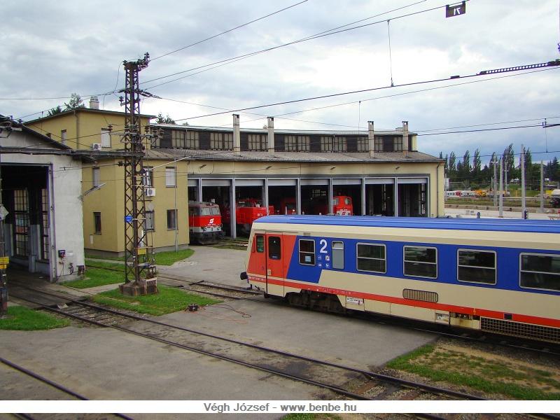 Induljunk el a Traisen völgyében vonattal. A fővonalról leágazó vasútvonal délre fordulva, a st.pölteni fűtőház mellett halad el. Egy vonatból elkapott képen, a körfűtőház előtt, az 5047 016-0-ás jenbachi motorkocsi várakozik.  fotó