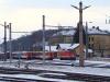A 2095 011-9-es dieselmozdony tolat�si munk�latok k�zben az Alpenbahnhof �p�lete előtt. Tőle balra az �ppen haszn�laton k�v�li, kiss� hanyag �llapot� szem�lykocsik �llnak.
