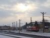 Egy ellenfényes kép a szorgoskodó 2095 011-esről és az Alpenbahnhofról.
