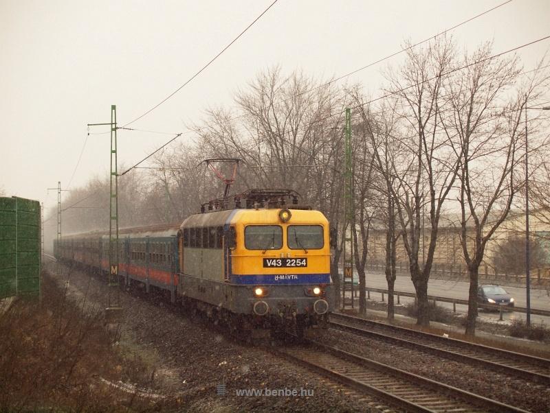 A V43 2254 zónázó vonattal Ferihegy és Vecsés között fotó