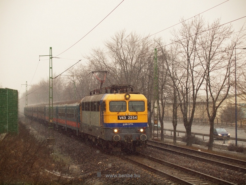 A V43 2254 z�n�z� vonattal Ferihegy �s Vecs�s k�z�tt fot�