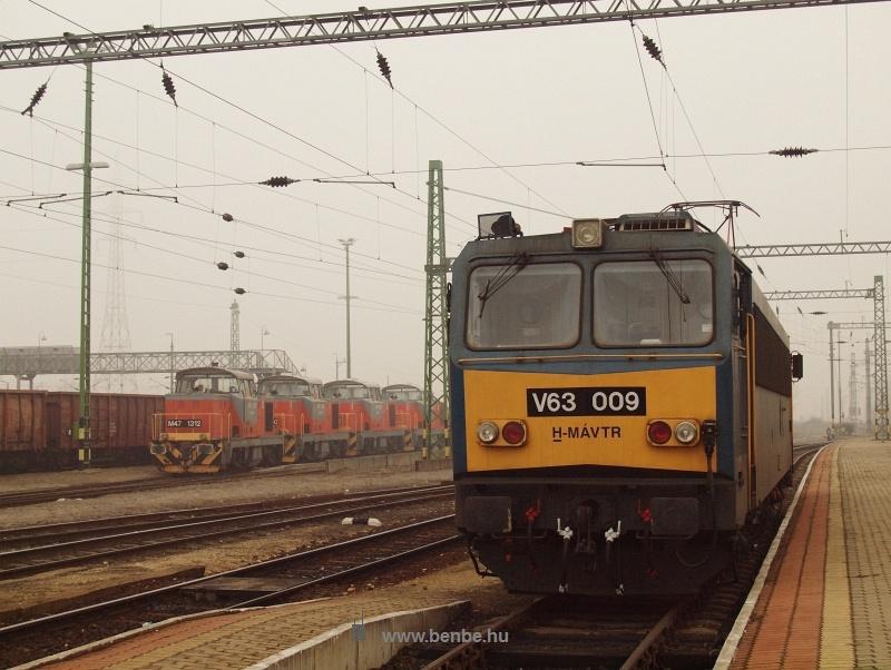 V63 009 vár tehervonatra Veszprémben fotó