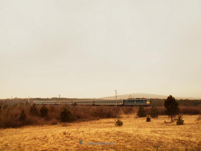 A 907-es számú Szombathely-Budapest gyorsvonat Márkó és Veszprém között fotó