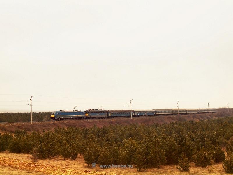 A 902-es Budapest-Szombathely gyorsvonat a 480 001-0 TRAXX előfogatával Veszprém és Márkó között a Bakonyban fotó